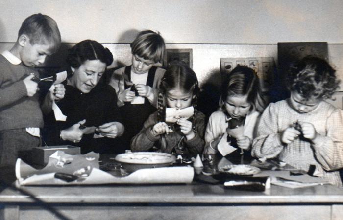 Frk. Jespersen med nogle af børnehavebørnene (ukendt årstal), Rungsted