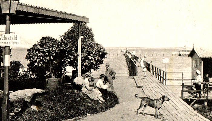 badeliv ca. 1910: Ved broen ud til den badeanstalt, der hørte til Rungsted Badehotel. Der var et anlæg for herrer på den ene side af broen, og et for damer på den anden side.