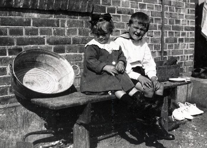 Børn bag Lundevej 7, antageligt 1920'erne.