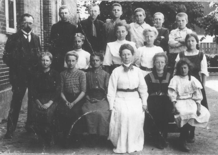Daglig skolegang Klassefoto fra Hørsholm Skole med lærer Tryde og Frk. Hartung. U.a.