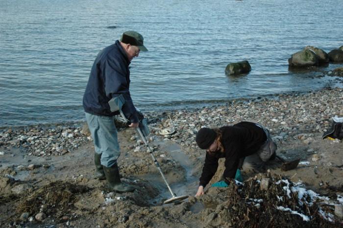 Den arkæologiske efterundersøgelse - i marts måned er det en kold fornøjelse at have fingrene i vandet!