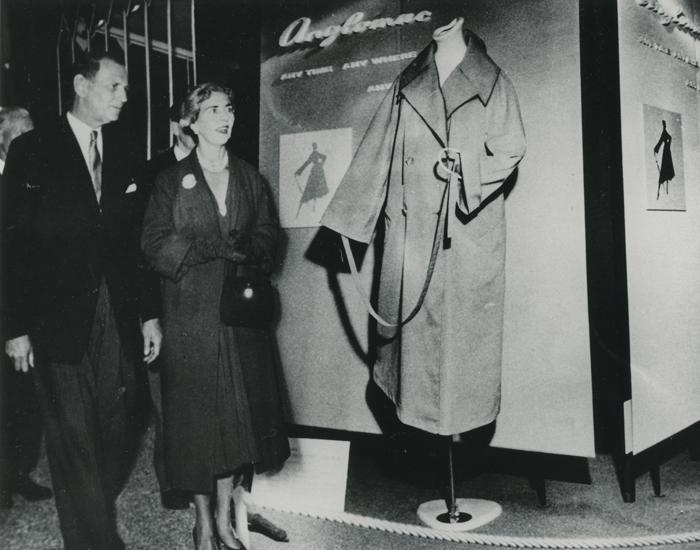 Hørsholm billeder Dronning Ingrid ser på Anglomac-frakke på en udstilling ca. 1960