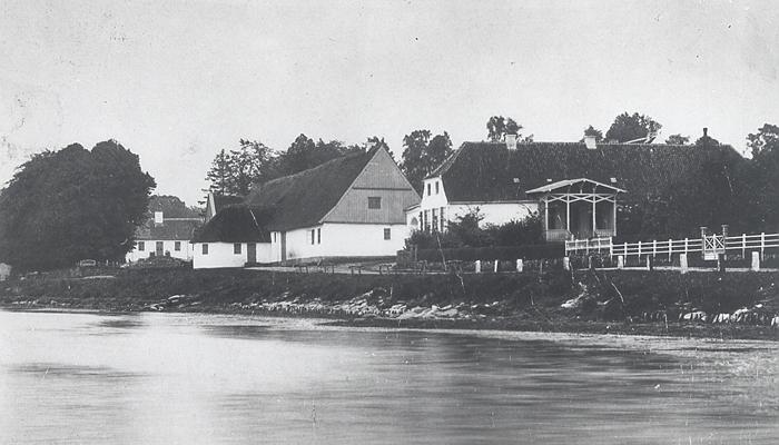 Rungstedlund ca.1890, her fødtes Karen Blixen i 1885. Rungsted Strandvej 109. Til højre den endnu eksisterende beboelsesfløj. Længen i midt i billedet brændte i 1898. Rungstedlund dannede rammen om kaptajn Dinesen og hustruen Ingeborgs liv. . Det Kongelige Bibliotek, Museum Nordsjælland, Hørsholm Lokalarkiv har kopi.