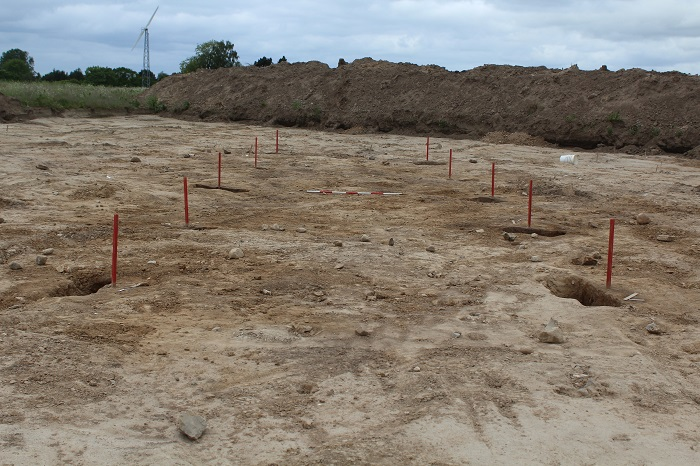 De sidste rester af hus fra bronzealderen markeret med røde pinde.
