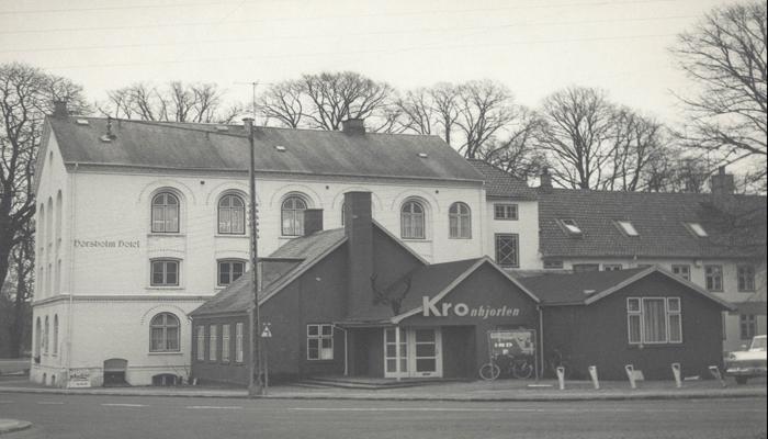 Kro - Kronhjorten, foran Hørsholm Hotel