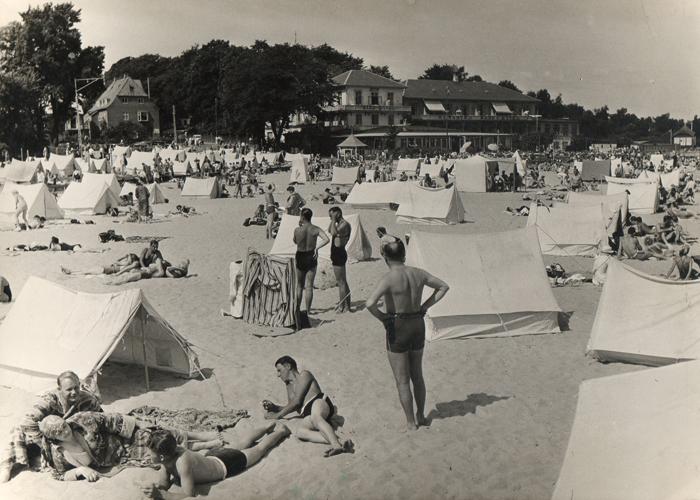 badeliv 1936: Den nyanlagte badestrand i Rungsted, her på stykket nord for havnen. Det er Rungsted Badehotel (nedrevet i 1948) i baggrunden.