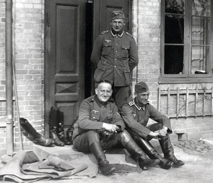 besættelsen Tre tyske soldater i døren til Nebbegårds bestyrer- og kontorbolig, 1940