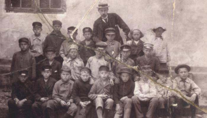 """kønsopdelt skole Lærer Fr. V. Tryde med skoledrenge foran """"Den gamle skole på Folehavevej"""" ca. 1895"""