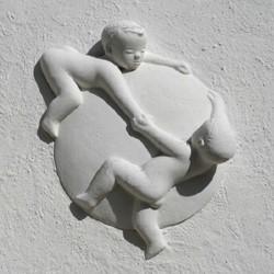 Relief af legende børn på huset, hvor PernillesBørnehotel lå. Foto: Leon Gyldmark