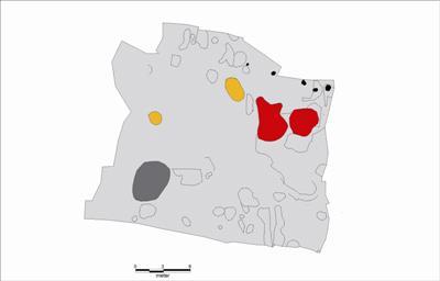 Oversigtsplan Med fundrige gruber (rød), ovne (gul), mulig brønd (grå) og stolpehuller (sort)