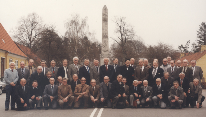 Tidligere modstandsfolk samlet i 1985 40 år efter befrielsen. Museum Nordsjælland, Hørsholm lokalarkiv, ligger inde med en komplet liste over personerne på fotografiet.